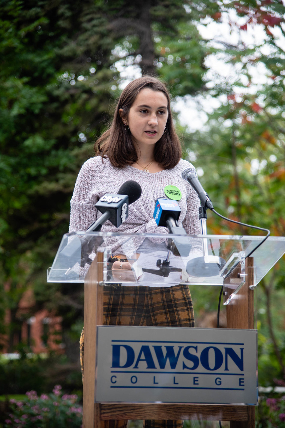 Laura Krochenski speaks about climate change action at a press conference at Dawson College Sept. 24 (CNW Group/Dawson College)