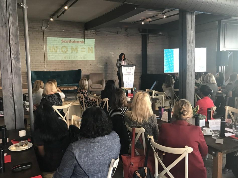 Des dirigeantes d'entreprise et entrepreneures participent au quatrième atelier Un-Mentorship pour les femmes entrepreneures à l'immeuble STORYS de Toronto, là où l'Initiative Femmes de la Banque Scotia a annoncé qu'elle s'engage à investir trois milliards de dollars dans ses trois premières années pour aider les entreprises dirigées par des femmes. (Groupe CNW/Scotiabank)