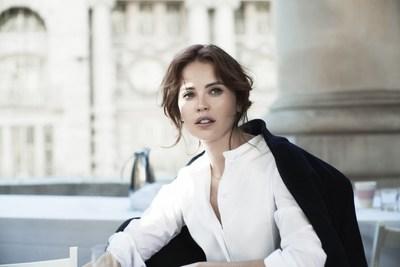 A atriz Felicity Jones, musa da Clé de Peau Beauté