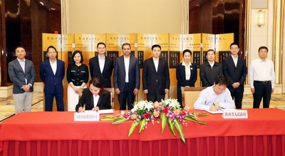 Jia Feng, Deputy Secretary-General of Shaanxi provincial government, and Joey Wat, CEO of Yum China, signed the strategic cooperation framework agreement on behalf of both parties