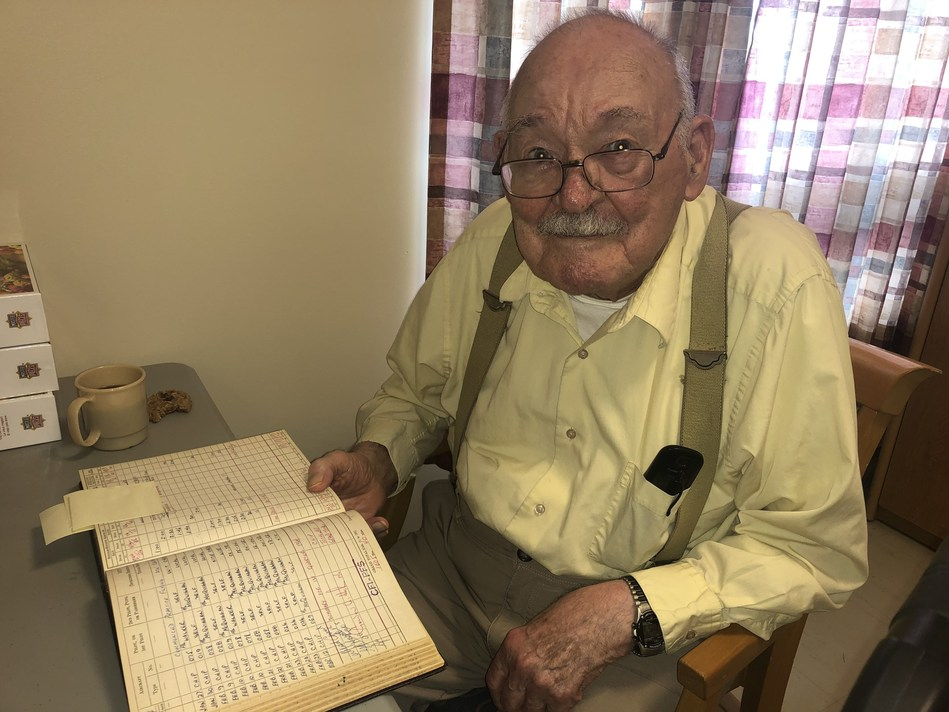 RCAF veteran Gordon Helm will add one more flight to his logbook on National Seniors Day (CNW Group/Chartwell Retirement Residences)