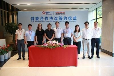 Sr. Tian Yue, CEO da EDF Renewables China (quarto a partir da esquerda) e o Sr. Wang Yueneng, vice-presidente do conselho da Narada (quinto a partir da direita) participaram da cerimônia de assinatura em 18 de setembro (PRNewsfoto/Zhejiang Narada Power Source Co)