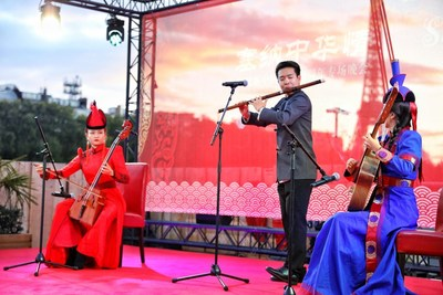 O cenário do evento de gala realizado no rio Sena, na França no dia 27 de setembro. (PRNewsfoto/Xinhua Silk Road Information Se)