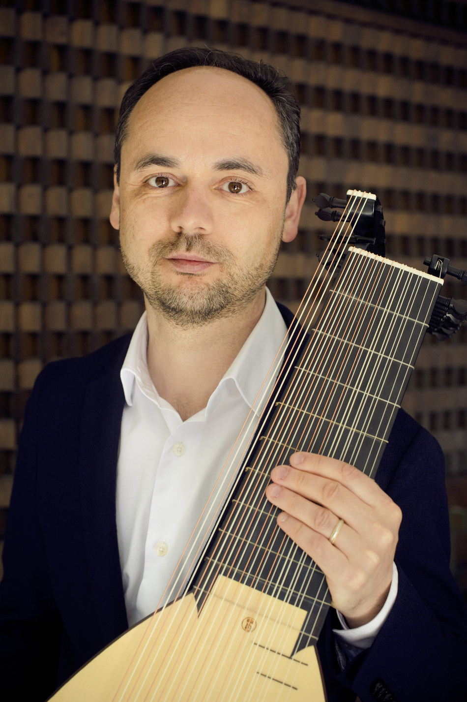 Miguel Serdoura with an authentic LLD® 13c Baroque lute. Photo © Jean-Baptiste Millot
