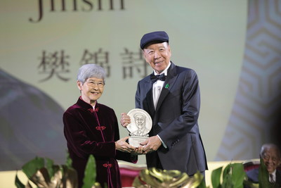 "Dr Lui Che-woo presents the Positive Energy Prize to Ms Fan Jinshi, ""Daughter of Dunhuang""."