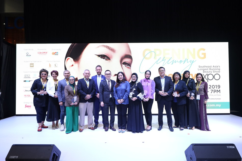 Group photo with the guest of honor, supporting associations and sponsors