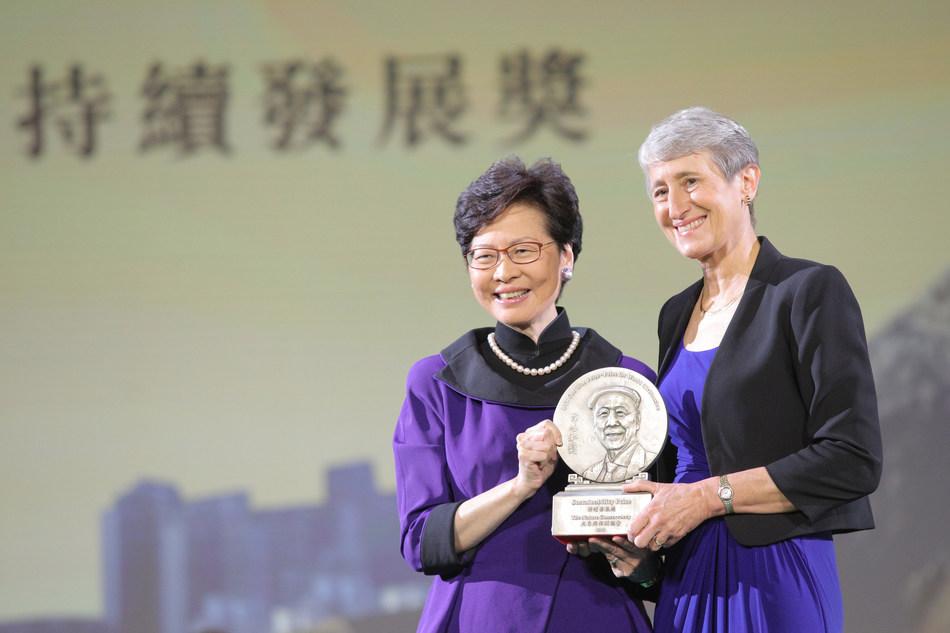 Carrie Lam, chefe executiva da HKSAR, entrega o prêmio de sustentabilidade para a Secretária Sally Jewell, CEO da The Nature Conservancy. (PRNewsfoto/LUI Che Woo Prize Limited)
