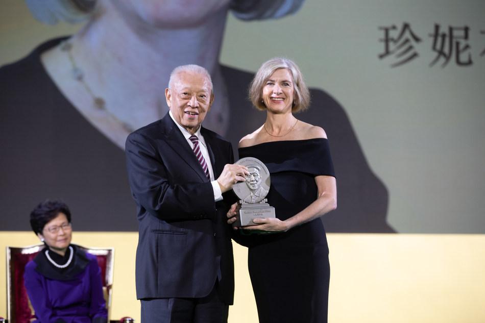 Sr. Tung Chee-hwa entrega o prêmio de melhoria do bem-estar para a Dr. Jennifer A. Doudna, coinventora da CRISPR-Cas9. (PRNewsfoto/LUI Che Woo Prize Limited)