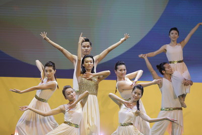 Lin Chinglan lidera uma apresentação na cerimônia de premiação do prêmio LUI Che Woo e espalha energia positiva e harmonia por meio da dança. (PRNewsfoto/LUI Che Woo Prize Limited)