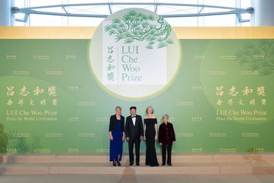 (Desde la izquierda) Secretaria Sally Jewell, Directora Ejecutiva de The Nature Conservancy , Dr. Lui Che-woo, Dra. Jennifer A. Doudna y Sra. Fan Jinshi en la sesión para medios antes de la Ceremonia. (PRNewsfoto/LUI Che Woo Prize Limited)