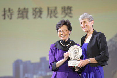 La Sra. Carrie Lam, Ejecutiva Principal de la HKSAR, entrega el Premio a la Sustentabilidad a la Secretaria Sally Jewell, Directora Ejecutiva de The Nature Conservancy. (PRNewsfoto/LUI Che Woo Prize Limited)