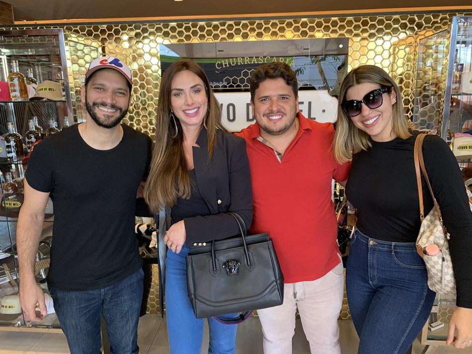Rapha Eduardo (centro) com os artistas na churrascaria do Marrone (Favo de Mel)