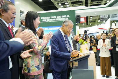 Tun Dr. Mahathir Mohamad, Prime Minister of Malaysia signing a commemorative plaque after the launch of Malaysia's Net Zero Carbon Pavilion for Expo 2020 Dubai
