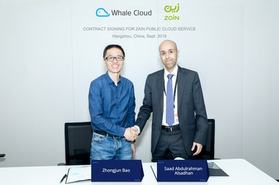 Whale Cloud CEO and Zain CBO signing contract for Zain public cloud