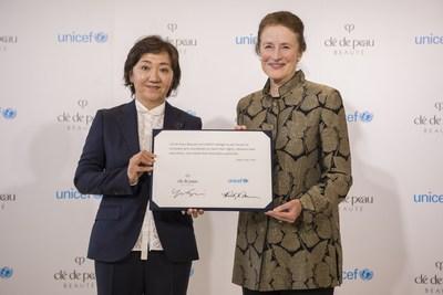 Mme Yukari Suzuki, la Directrice de la marque Clé de Peau Beauté (à gauche) et Henrietta Fore, la Directrice générale de l'UNICEF (à droite), affichent leur volonté commune de donner aux filles les moyens d'exploiter leurs possibilités et leur potentiel par l'éducation