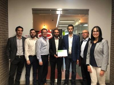 Des membres de l'équipe de Schneider Electric présentent la certification de la plateforme EcoStruxureTM aux représentants de PCI Automatisation Industrielle (PCI). PCI est le premier partenaire mondial à recevoir la certification dans le cadre du programme de partenaires Alliance de Schneider Electric. (Groupe CNW/Schneider Electric Canada Inc.)