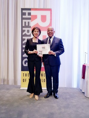 Red Herring CEO Alex Vieux granted the Top100 award to AInnovation CMO Jennifer Gao