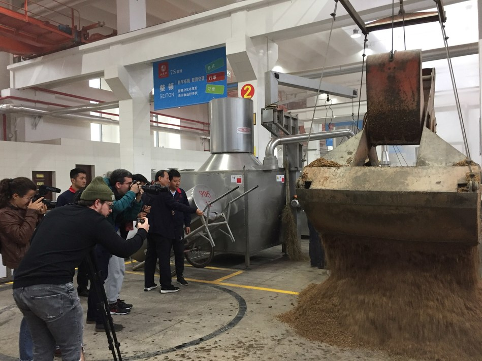 The media interview group observed the Xifeng Liquor production process.