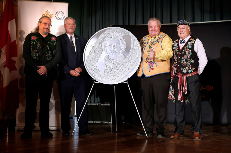 Artist David Garneau, Royal Canadian Mint Senior Director of Manufacturing Tom Roche, Manitoba Métis Federation President David Chartrand and Métis National Council President Clement Chartier unveil a silver collector coin celebrating the 175th anniversary of the birth of Louis Riel in Winnipeg, Manitoba (October 22, 2019). (CNW Group/Royal Canadian Mint)