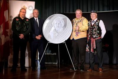 O artista David Garneau, o diretor sênior de fabricação da Casa da Moeda Real Canadense, Tom Roche, o presidente da Federação Métis de Manitoba, David Chartrand, e o presidente do Conselho Nacional de Métis, Clement Chartier, apresentam uma moeda de prata para colecionadores que celebra o 175o aniversário de nascimento de Louis Riel em Winnipeg, Manitoba (22 de outubro de 2019). (CNW Group/Royal Canadian Mint)