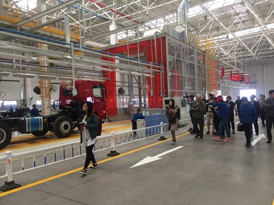 The media interview group observed the Shaanxi Automobile Commercial Vehicle Group.