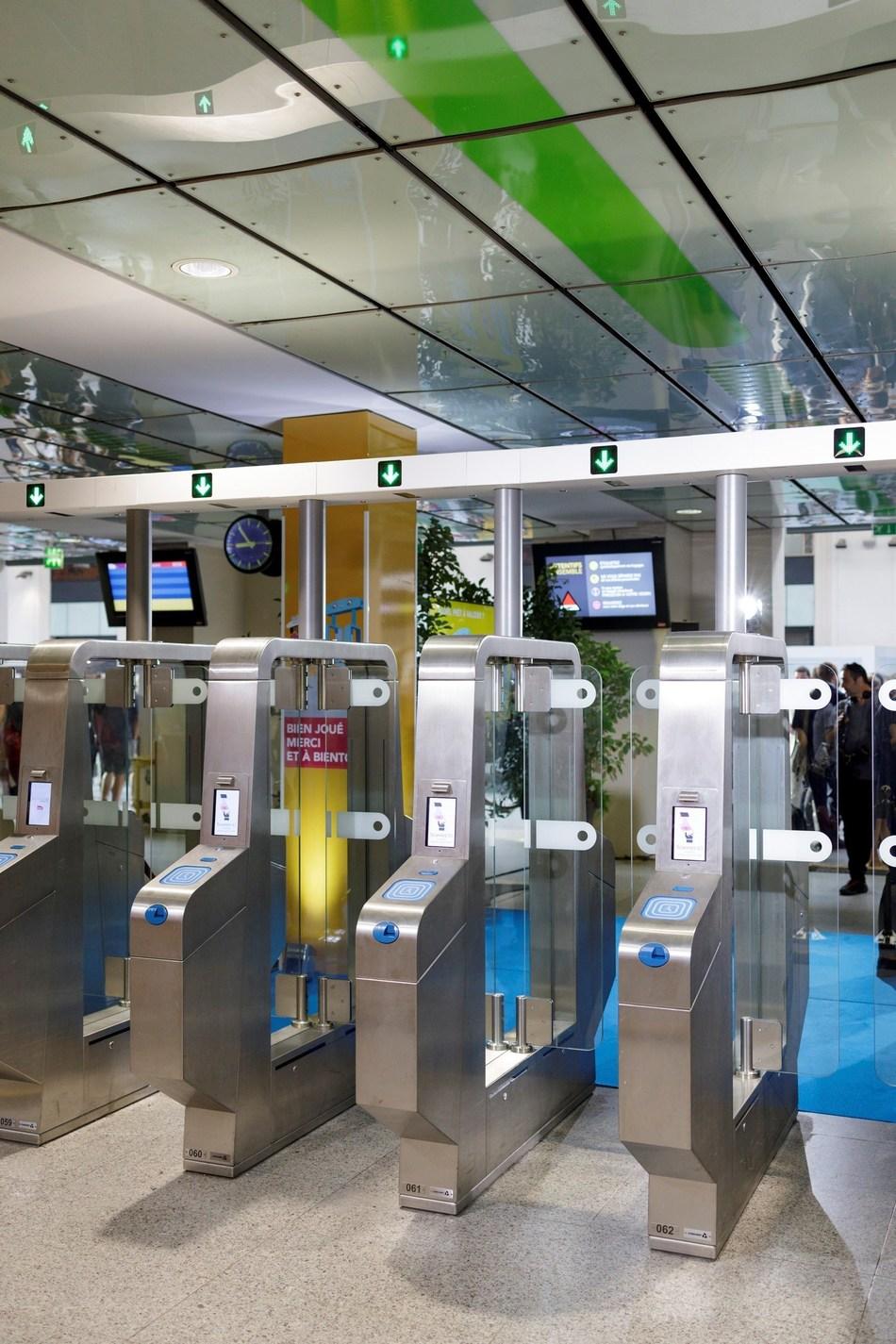 Portes de contrôle d'accès à détection 3-D Conduent, à la gare de Paris Saint-Lazare