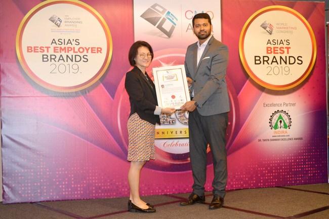 Chuen Chuen receiving Asia's Most Talented Coaching Leaders award (PRNewsfoto/ACEsence)