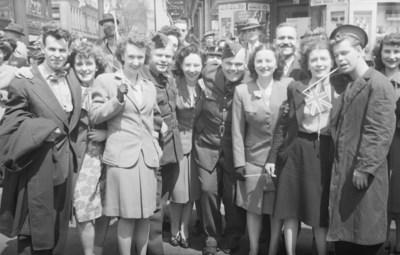 Feature. V. E. Day, photographie,  7 mai 1945. Collections de BAnQ. Photo : Conrad Poirier. (Groupe CNW/Bibliothèque et Archives nationales du Québec)