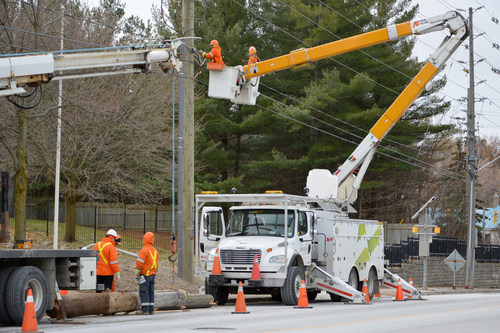 Alectra crews working on restoring power in the Hamilton region (CNW Group/Alectra Utilities Corporation)
