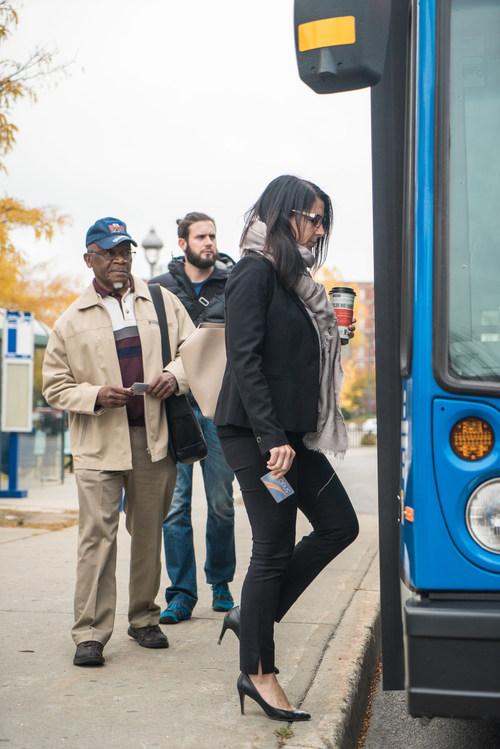 Toujours unique au Canada, cette garantie de service couvre cinq éléments clés : la ponctualité, la courtoisie, l'accès à des informations claires et précises, la sécurité et le confort ainsi que la propreté des équipements. Cette promesse client couvre le réseau régulier d'autobus, les taxis collectifs et le transport adapté. (Groupe CNW/Société de transport de Laval)
