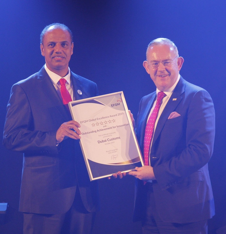 H.E. Ahmed Mahboob Musabih receiving the award