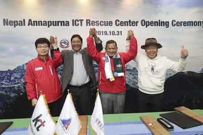 Representatives of Korea and Nepal are photographed at KT's ICT rescue center, which opened at the Bachhapuchhre Base Camp on Mt. Annapurna on October 31. They are, from left, Yoon Jong-Jin, head of KT's Public Relations Department; Santa Bir Lama, president of the Nepal Mountaineering Association; Chief Minister Gurung of Gandaki Province; and Um Hong-gil, executive director of the Um Hong Gil Human Foundation.