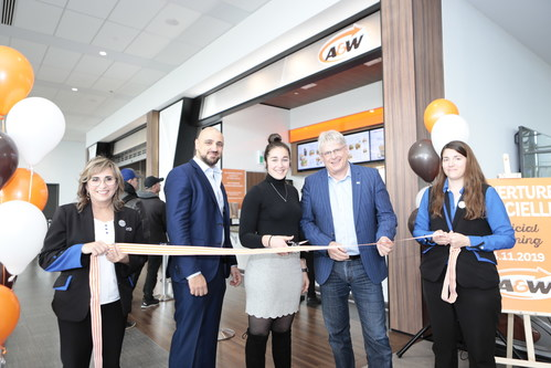 Inauguration of the A&W at YQB. Mr. Stéphane Poirier, President and CEO of YQB along with A&W franchise owners, Charlotte Legault and Alain Saba. (CNW Group/Aéroport de Québec)