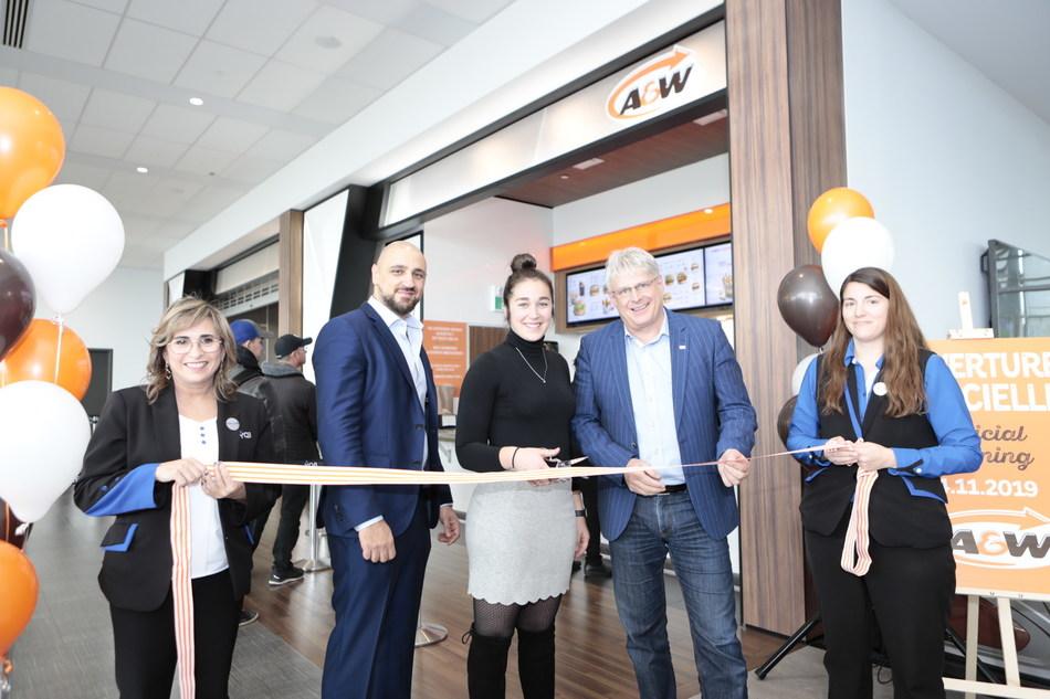 Inauguration du A&W à l'Aéroport de Québec. M. Stéphane Poirier, président et chef de la direction de YQB en compagnie des franchisés A&W, Mme Charlotte Legault et M. Alain Saba. (Groupe CNW/Aéroport de Québec)