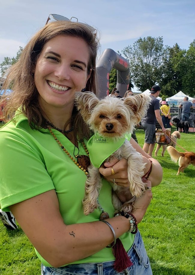Lindsay Saggu and Bella, canine customer, at Pet-A-Palooza Victoria 2019 with new brand colours (CNW Group/SciencePure Nutraceuticals Inc.)