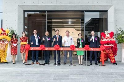 Directivos de SHL y dignatarios del gobierno de Taiwán honran la ceremonia de corte de cinta de la planta Liufu.