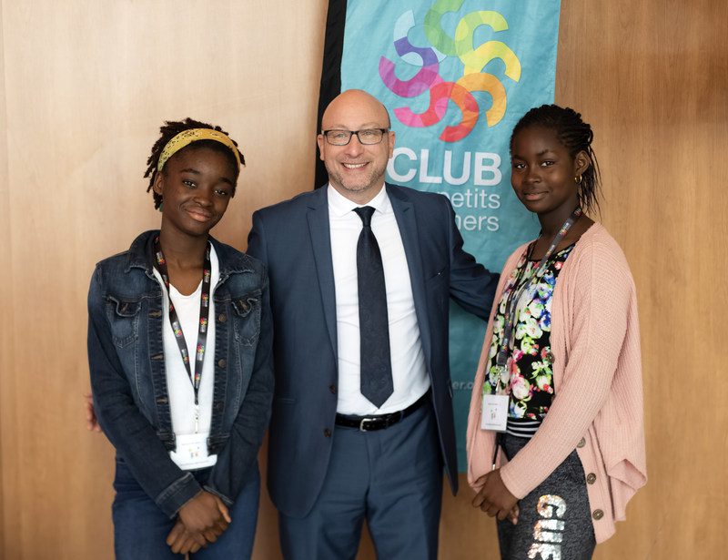 Tommy Kulczyk, General Manager of Breakfast Club of Canada, with Eunice Angahi and Ange Naomi Massah, two students from Lionel-Groulx School who reported on the event. (CNW Group/Breakfast Club of Canada)
