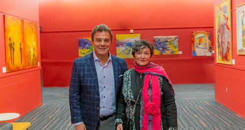Robert Mercure, CEO of the Palais des congrès de Montréal, and Mireille Forget, Founding President of the CAPSQ painters and sculptors network, at the November 6 vernissage of the exhibition, along with the artists. (CNW Group/Palais des congrès de Montréal)