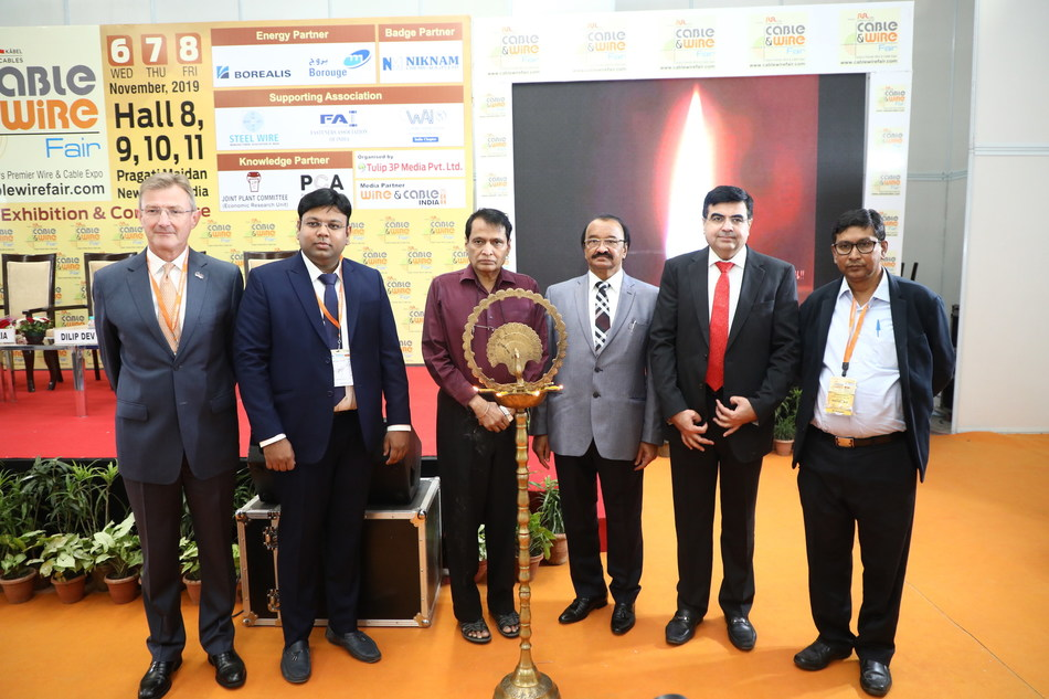 Shri Suresh Prabhu, (3rd from Left) Prime Minister's Sherpa to G 7 and G 20 inaugurating Cable & Wire Fair 2019