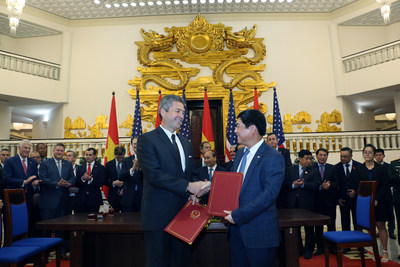 Cem Tanyel, executive vice president and president, Sabre Airline Solutions, and Trinh Hong Quang, executive vice president, Vietnam Airlines, shake hands following a signing ceremony in the office of the Prime Minister of the Socialist Republic of Vietnam. The ceremony was held in the presence of Prime Minister Nguyen Xuan Phuc; Wilbur Louis Ross Jr., United States secretary of commerce; and representatives from both countries.
