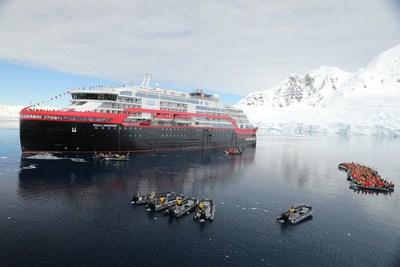 Hurtigruten s'inscrit dans l'histoire en procédant au tout premier baptême de navire en Antarctique. (PRNewsfoto/Hurtigruten)