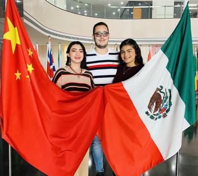 Alunos da Universidade de Guadalajara estudando na XJTLU: (da esq. para a dir.) Cinthia Huerta, Martin de la Torre, Melissa Rios (PRNewsfoto/Xi'an Jiaotong-Liverpool Univer)
