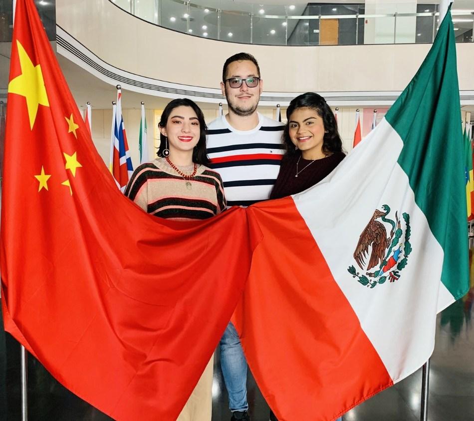 Alumnos de la Universidad de Guadalajara estudian en XJTLU: (I a D) Cinthia Huerta, Martin de la Torre, Melissa Rios (PRNewsfoto/Xi'an Jiaotong-Liverpool Univer)