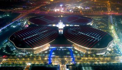 Uma vista noturna das instalações da CIIE – Centro Nacional de Exposições e Convenções (Xangai) (PRNewsfoto/China International Import Expo)