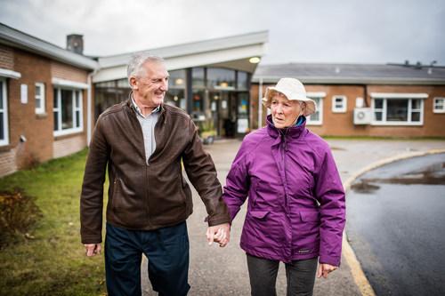 Des promenades quotidiennes en couple. M.DavidClothier et sa femme, MmeMadonnaClothier, résidente du centre de soins de longue durée BaySt.George (Groupe CNW/Fondation canadienne pour l'amélioration des services de santé)