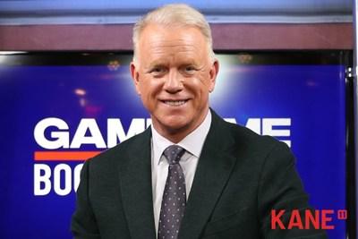 Boomer Esiason, sur le plateau de son émission Game Time avec Boomer Esiason, est le nouveau porte-parole de KANE 11.