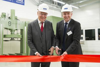 德国下萨克森州州长斯特凡-魏尔(Stephan Weil)(左)和巴斯夫涂料业务部总裁德克-布雷姆为位于德国朗格尔斯海姆的凯密特尔基地扩建项目揭幕