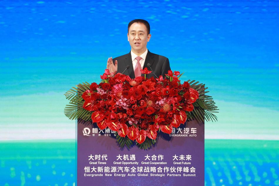 Hui Ka Yan, presidente del Grupo Evergrande de China, pronuncia un discurso de tónica en la cumbre, el 12 de noviembre.