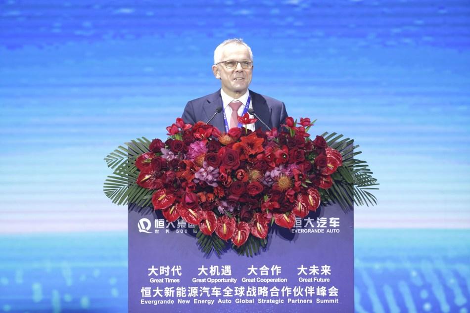 Stefan Pischinger, CEO de FEV Europe GmbH, pronuncia un discurso en la cumbre, el 12 de noviembre.