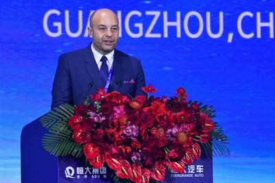 Cosimo De Carlo, CEO de EDAG Engineering Group AG, pronuncia un discurso en la cumbre, el 12 de noviembre.